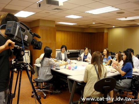 6月2日這一天晚上華視外景團隊來到文大推廣部拍攝貓小P的手工襪子娃娃上課情況