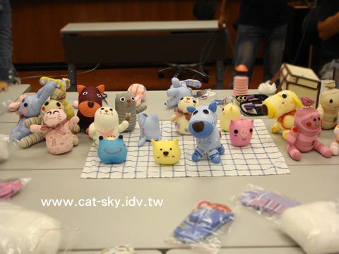 每個學員都帶了自己做的襪子娃娃  桌上好熱鬧啊!