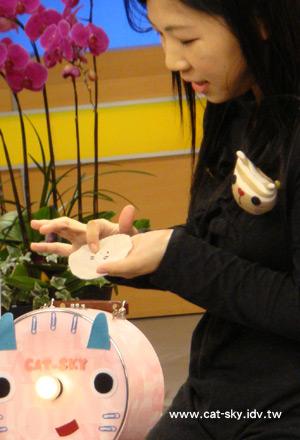 小P在節目中示範如何用保特瓶蓋製作貓臉磁鐵