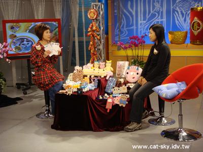 節目接近尾聲, 小肥糖已不在紅沙發上了 (那肥糖跑哪去啦? 有沒有人看見啊???)