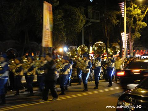 街上有穿唐裝,彈奏樂器的鼓號樂隊遊行,很特別吧!