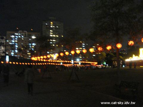 蜿蜒的紅燈籠帶大家到牛主燈和舞台區