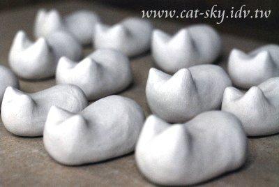 貓餃子未上色前一團白 像不像在包水餃?